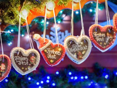 Lebkuchenherzen in einer Reihe auf Weihnachtsmarkt