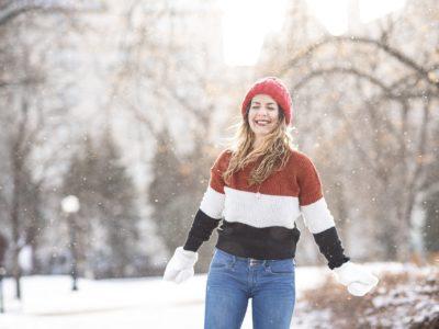 Frau im verschneiten Park