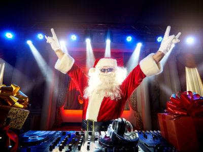 DJ Weihnachtsmann am Mischpult