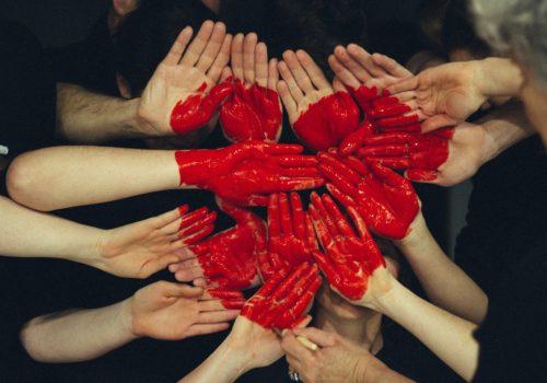 Gemaltes Herz auf Händen