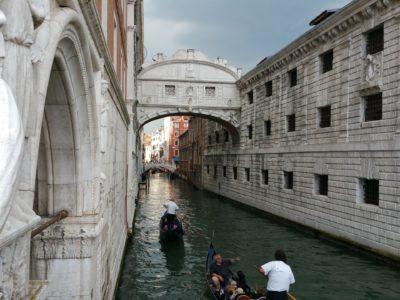 Dogenpalast Seufzerbruecke in Venedig